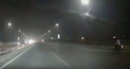 Phóng xe máy tốc độ cao ở làn đường ngược chiều
