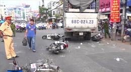 Xe tải tông hàng loạt xe máy dừng chờ đèn đỏ tại An Giang
