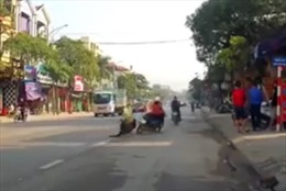 Chạy qua đường không quan sát, bà bế cháu nhỏ bị xe máy tông ngã