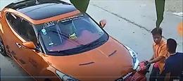 Lái xe ô tô đấm liên tục vào người đi xe máy sau va chạm giao thông