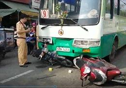 Xe buýt đâm hơn chục xe máy dừng đèn đỏ tại TP Hồ Chí Minh