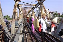 Phố đường tàu đóng cửa, khách du lịch Hà Nội đổ xô ra cầu Long Biên chụp ảnh