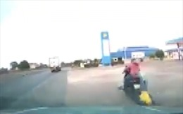 Ô tô đâm xe máy khi rẽ vào cây xăng
