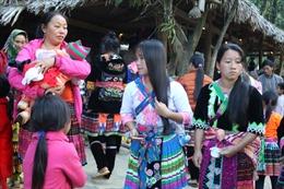 Lên bản Sin Suối Hồ đi chợ phiên của người dân tộc Mông