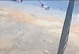 Xuất hiện thêm clip xe ô tô đưa đón làm rơi 2 học sinh xuống đường