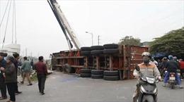 Xe container bị tàu hỏa húc văng 10 mét