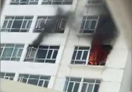 Hàng trăm cư dân tháo chạy khỏi vụ cháy tầng 12 chung cư