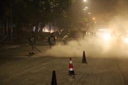Công nhân thi công đường Nguyễn Trãi thản nhiên 'thổi bụi' vào người tham gia giao thông