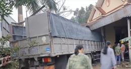 Xe container và xe tải lao vào nhà dân tại Hà Tĩnh
