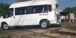 Ô tô vượt rào chắn gây tai nạn với tàu hỏa