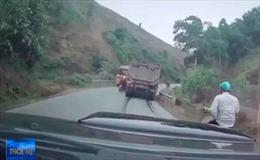 Xe máy liều mạng vượt ô tô lên dốc khuất