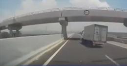 Xe tải nổ lốp trên cao tốc, mất lái và lật nghiêng