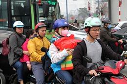 Người dân 'tay xách nách mang' nườm nượp rời Thủ đô về quê ăn Tết