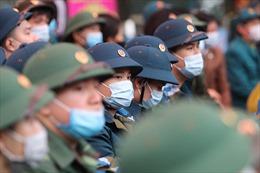 Phát khẩu trang, đo thân nhiệt phòng chống dịch nCoV tại lễ nhập ngũ