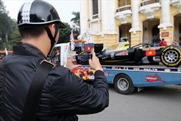 Cận cảnh mô hình xe F1 diễu hành trên đường phố Hà Nội