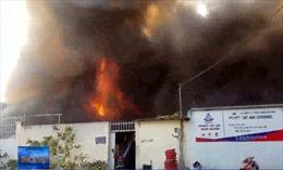 Hàng trăm lính cứu hỏa chữa cháy công ty ven Sài Gòn