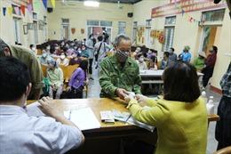 Trước giờ hết cách ly, người dân xã Sơn Lôi vui mừng nhận tiền hỗ trợ