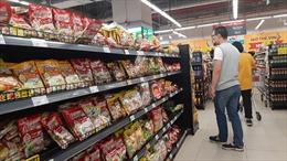Lương thực, thực phẩm đầy ắp kệ siêu thị, người dân thoải mái mua sắm