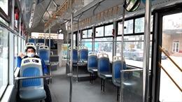 Giờ cao điểm, xe buýt ở Hà Nội vắng khách vì dịch COVID-19