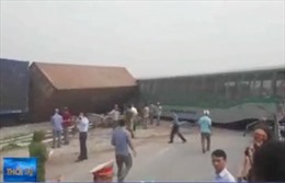 4 toa tàu hỏa bị lật trong vụ va chạm với xe tải