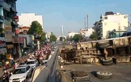Xe tải gây tai nạn trên cầu vượt, 4 người bị thương