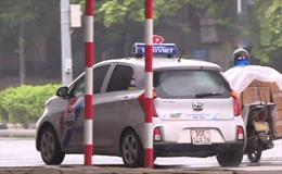 Bất chấp lệnh cấm, xe taxi vẫn hoạt động