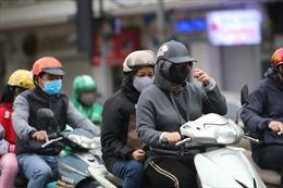 Thời tiết lạnh bất thường, người Hà Nội mặc áo phao giữa tháng tư