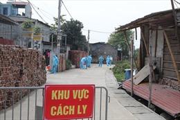 Phun thuốc khử khuẩn, lập chốt phong tỏa thôn nơi bệnh nhân số 266 sinh sống