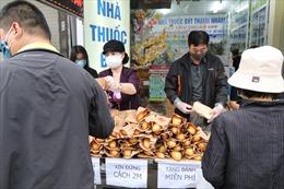 Những chiếc bánh bao, bánh mì ấm lòng người nghèo giữa đại dịch COVID-19