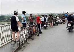 Cầu Long Biên đông đúc người hóng gió, tập thể dục, bất chấp lệnh giãn cách xã hội