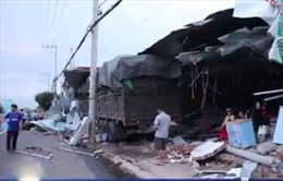 Xe Container đâm sập 4 ngôi nhà ở Bình Phước