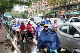 Sau cơn mưa lớn đầu giờ sáng, nhiều tuyến đường Hà Nội tắc cứng, người dân chật vật đi lại