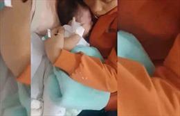 Triệu tập người cha đánh con 2 tháng tuổi gãy chân