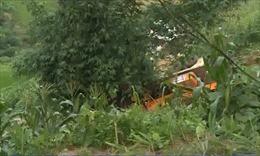 Đưa thi thể nạn nhân ra khỏi hiện trường vụ lật xe ở Lào Cai