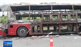 Ô tô khách cháy rụi, 11 hành khách may mắn thoát chết