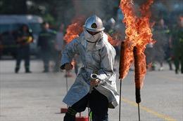 Cảnh sát phòng cháy Hà Nội trèo tường, vượt rào, dập lửa cứu người