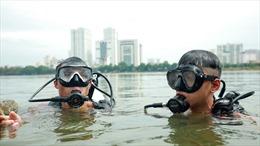 Chiến sĩ cảnh sát phơi mình giữa nắng nóng, tập luyện cứu nạn dưới nước