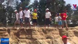 Phản đối doanh nghiệp múc cát sát chân đê biển