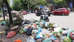 Hà Nội ngập trong rác thải vì dân chặn xe vào bãi rác Nam Sơn