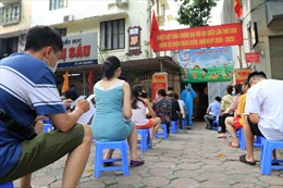 Hà Nội: Người dân trở về từ Đà Nẵng xếp hàng chờ xét nghiệm nhanh COVID-19