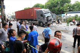 Xe container đâm vào xe 4 chỗ đang chờ đèn đỏ, 3 người tử vong