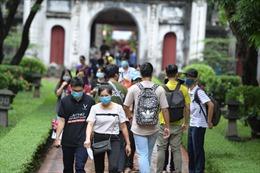 'Sĩ tử' khẩu trang kín mít tới Văn Miếu cầu may trước kỳ thi tốt nghiệp THPT