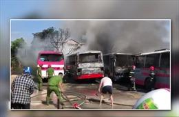 Cháy 6 xe khách tại bãi giữ xe tự phát