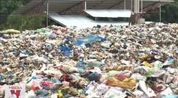 Bãi rác quá tải, người dân chặn đường ngăn xe đổ rác