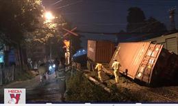 Gác chắn không kéo, tàu hỏa tông vào xe container