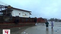 Xà lan trôi dạt gây mất an toàn hàng hải