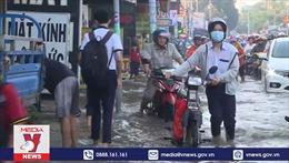 TP Hồ Chí Minh: Học sinh vất vả đến trường do triều cường