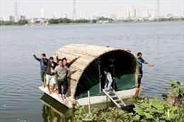 Nhà bê tông chống lũ chứa 4 tấn hàng nổi trên mặt nước