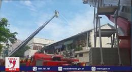 Dập tắt đám cháy chung cư cũ ở TP Hồ Chí Minh