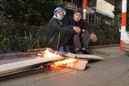 Người lao động nhọc nhằn mưu sinh trong đêm lạnh